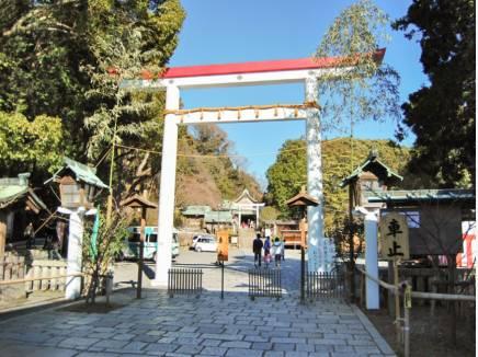 目の前は鎌倉宮 正面入り口まで約65m