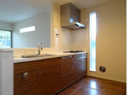 窓からの採光で明るいキッチン。デザイン性も光ります
