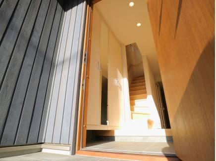 日の光も注ぎ込む玄関スペース