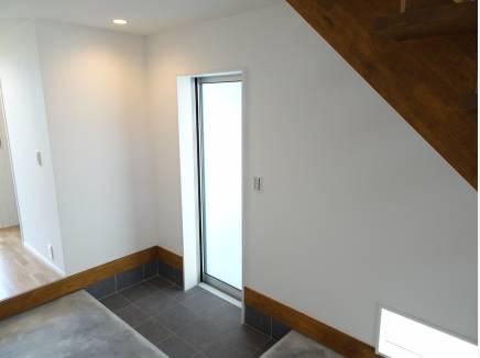 玄関とは別でこの扉からピロティへ