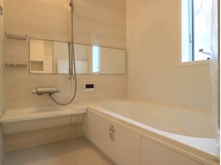 ゆったりバスルームには明るい窓が。浴室暖房乾燥機も。