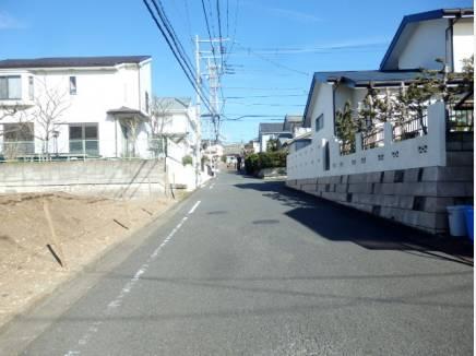 前面は約6mとゆったりとした道路。もちろん陽当たり良好です。