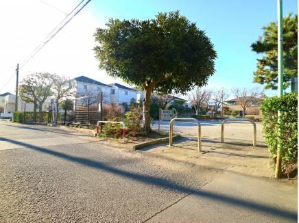 向かいには藤沢市立下岡公園があります