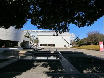 厳かな雰囲気の平塚市美術館、約3.3km地点にあります。