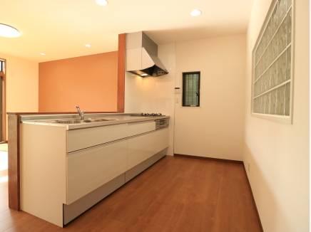キッチンは家族と話しながら料理が出来るオープンタイプ。
