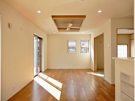 天井からシーリングファンでお部屋の空気を循環。