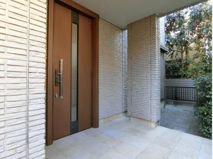 広いアルコープのある玄関