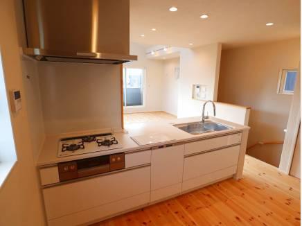 キッチンにも床暖房を設置しています。