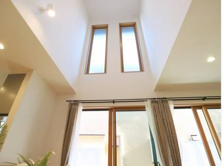 吹抜け上部の窓は2階にも採光をもたらします。