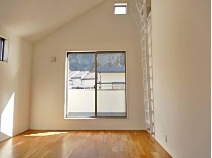 勾配天井で広い空間のお部屋はロフト付きです。