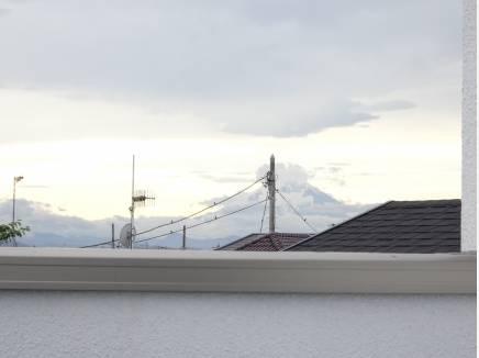 少し曇っておりますが富士山がはっきり望めます