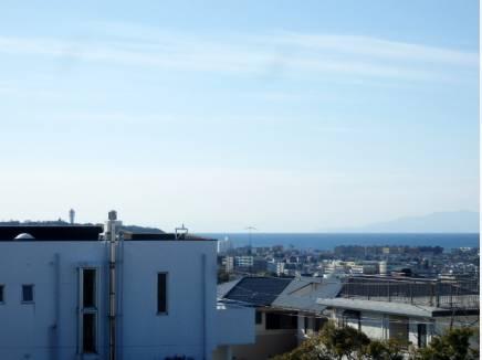 青空と江ノ島、藤沢の市街が眼下に。