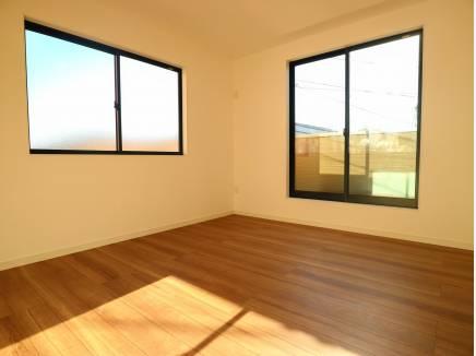 光が差し込む2階洋室はロフト付!