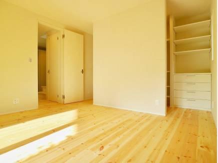 寝室にはオープンタイプのクローゼット。家具要らずですね。