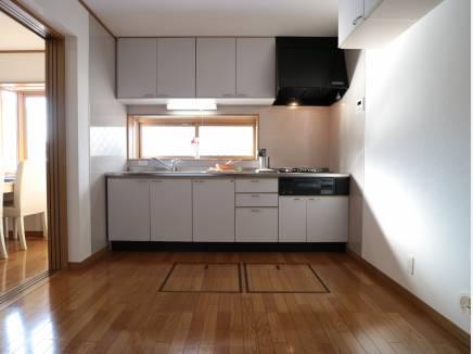 窓があるキッチンは明るく風通しもし易い。
