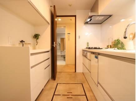 収納たっぷりの独立型キッチン