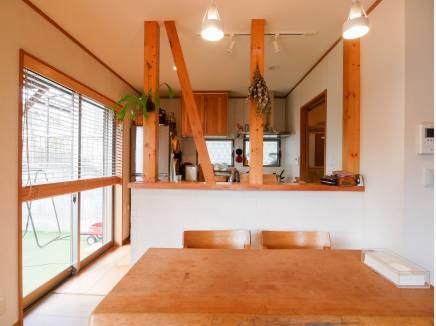 お庭やリビングを見渡せる対面キッチン
