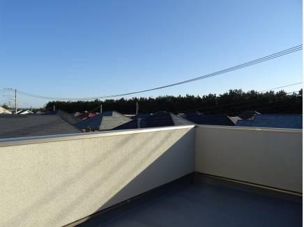 屋上からはパノラマに広がる街並みを望みます