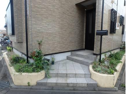 玄関周りには植栽のスペースも造作されていますよ。