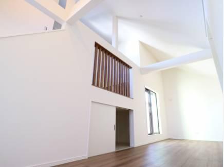 吹抜となった高い天井が数字以上の広さを感じさせてくれます。
