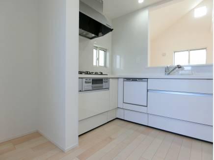 L字型で使いやすさも嬉しいキッチン。白で統一し清潔感があります