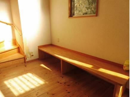 テレビなども置けそうな造作したベンチ。