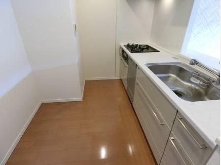 人気の対面式キッチンには食洗機付となります。