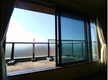 リビングの大きな窓がポイントです