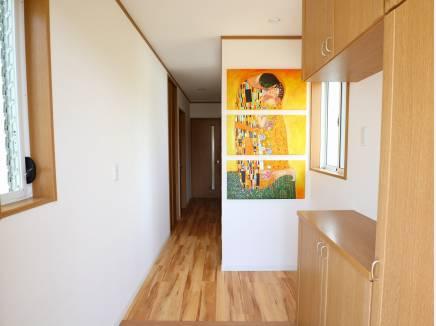 玄関にも、絵画がございます。