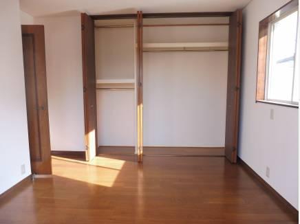 約7.8帖の収納たっぷりの洋室。横に約4.3帖の洋室と繋がっています。