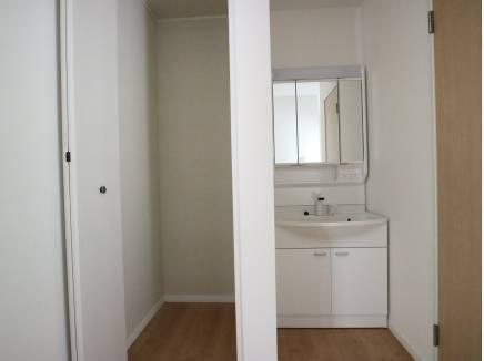 2階にも洗面台があり、収納も確保
