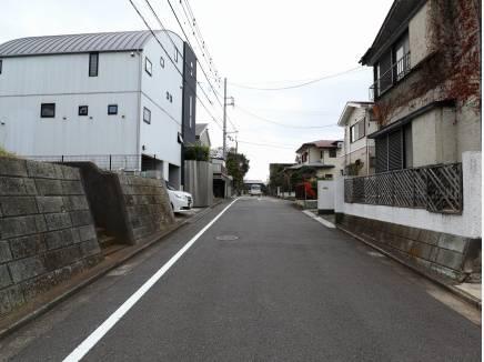 前面道路、区画整理されており広い道幅です。