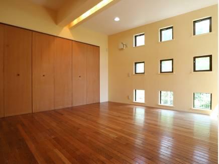 5部屋ある洋室はいずれも8帖以上。リフォーム済みにつき状態は良好です