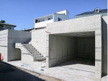 広々地下車庫は愛車をしっかりと守ります