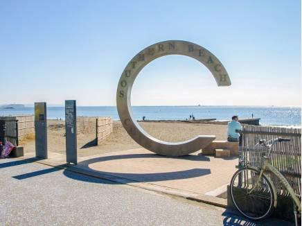 「茅ヶ崎サザンC」のモニュメントがシンボルの『サザンビーチ』まで6分