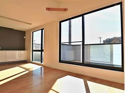 2.5mのワイド窓から陽光がさんさんと差し込みます