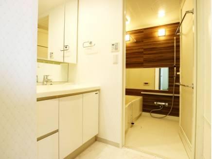 お手入れしやすい洗面室とバスルーム