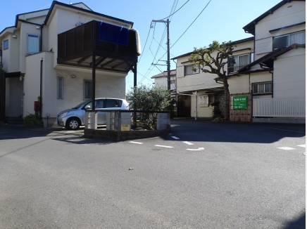 前面道路は三又部分の為楽々駐車可能