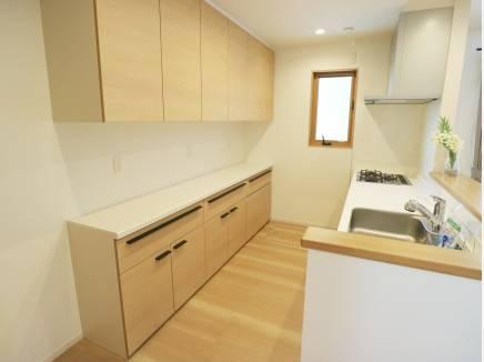 キッチンはカップボード、吊棚付き。実際の稼動範囲が分かり易いです。