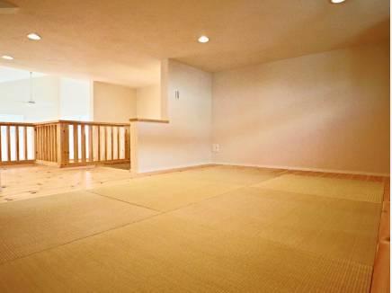 固定階段で上がれるロフトは畳敷き。収納スペースだけでなく多目的に使用可
