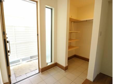 玄関にはアウトドア用品も収納できるシューズインクロークが