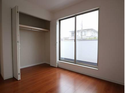 主寝室の他に、5.2帖の洋室が3部屋。各部屋に収納がございます。