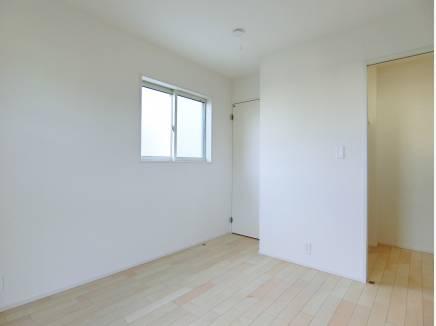 1階には居室を3部屋ご用意。いずれも2面採光で明るさも十分