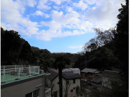2Fバルコニーからは鎌倉の山々を望みます