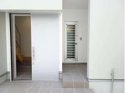 写真右の扉から直接シャワーを浴びに行けます。