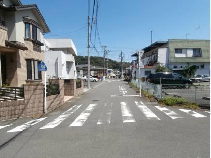 前面道路も約6mあり駐車もスムーズに出し入れ出来ます!!