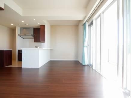 角部屋のため陽当りも良く、たいへん明るい室内環境となっております。