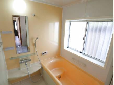 浴室も暖色系の色合いです。