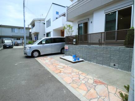 前面道路もゆとりがあり、カースペースは駐車し易かったです。