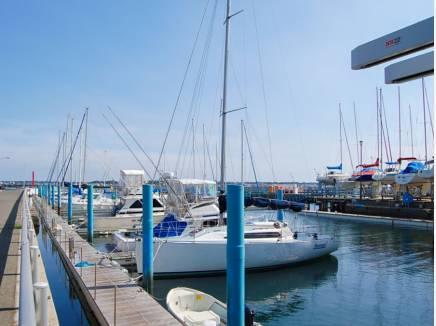 佐島マリーナまで徒歩1分(約30m)敷地からマリーナの船が見えます。